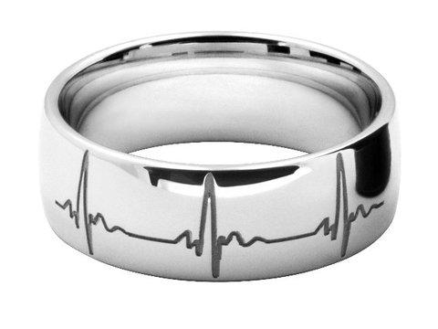 ハートビートの模様をレーザー彫刻したオーダーメイドの結婚指輪