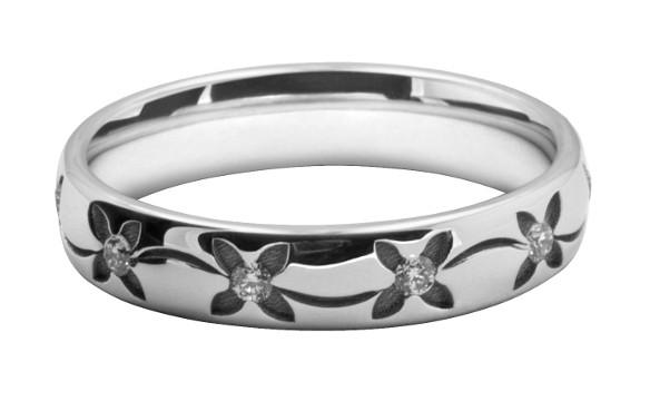 コスモスの模様をレーザー彫刻したレディスの結婚指輪オーダーメイド